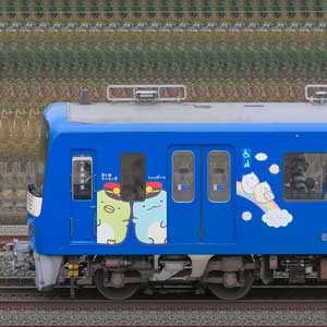 京急電鉄 600形(3次車)606編成「京急ブルースカイトレイン 空と海すいすい号」(海側)